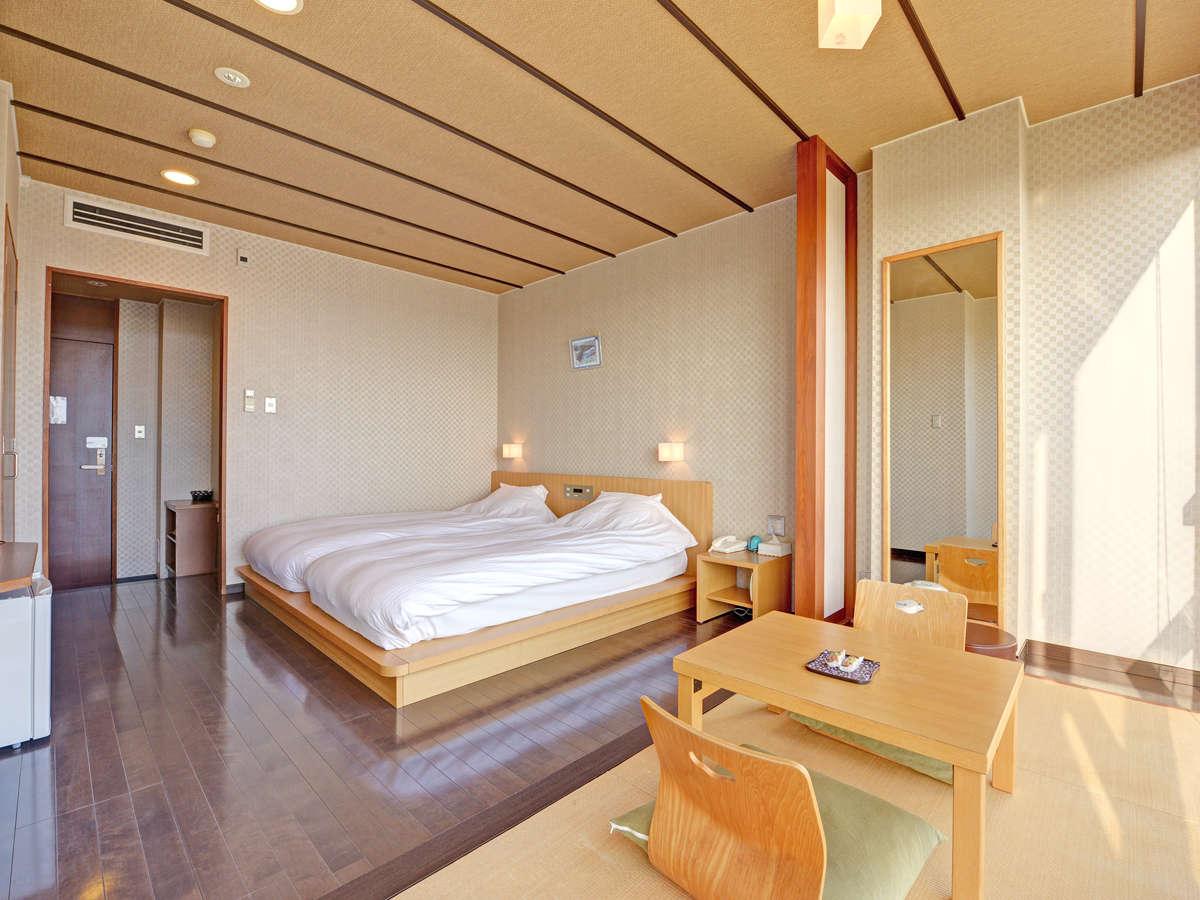 *和洋室一例/大きな窓の下の縁側スペースでオーシャンビューを堪能!