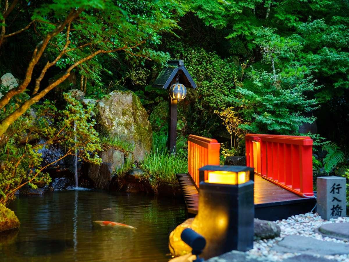 【庭園】館内中央に位置するライトアップされた池。日本庭園では優雅に泳ぐ鯉も鑑賞いただけます。