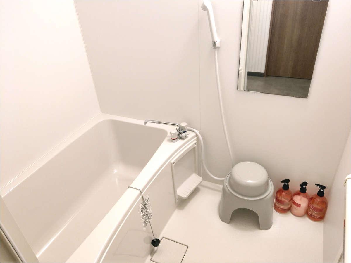 シャワールーム室内に備え付けのシャワールームです。クラブハウスの大浴場もご利用いただけます。