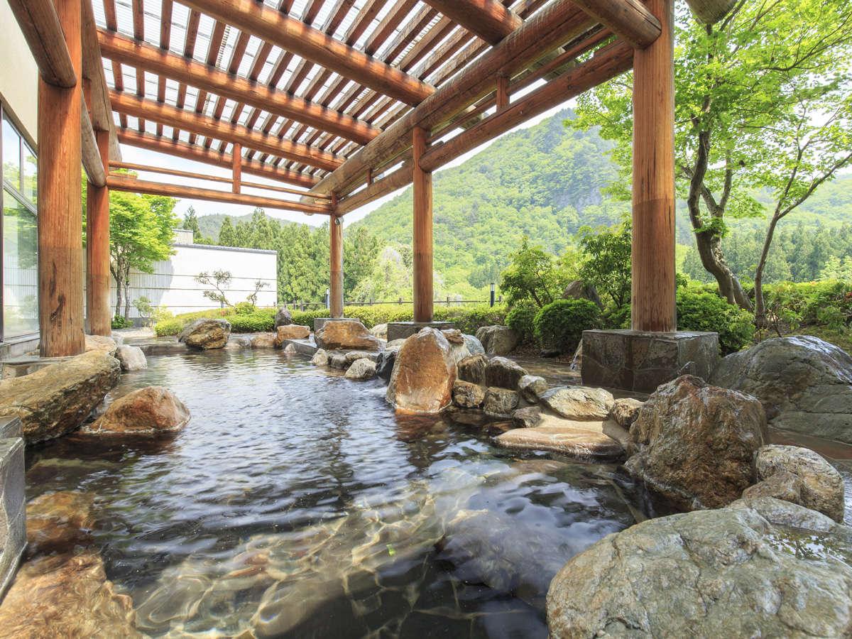 「かわせみの湯」露天風呂(昼)。季節の移ろいを湯とともに愉しめます。