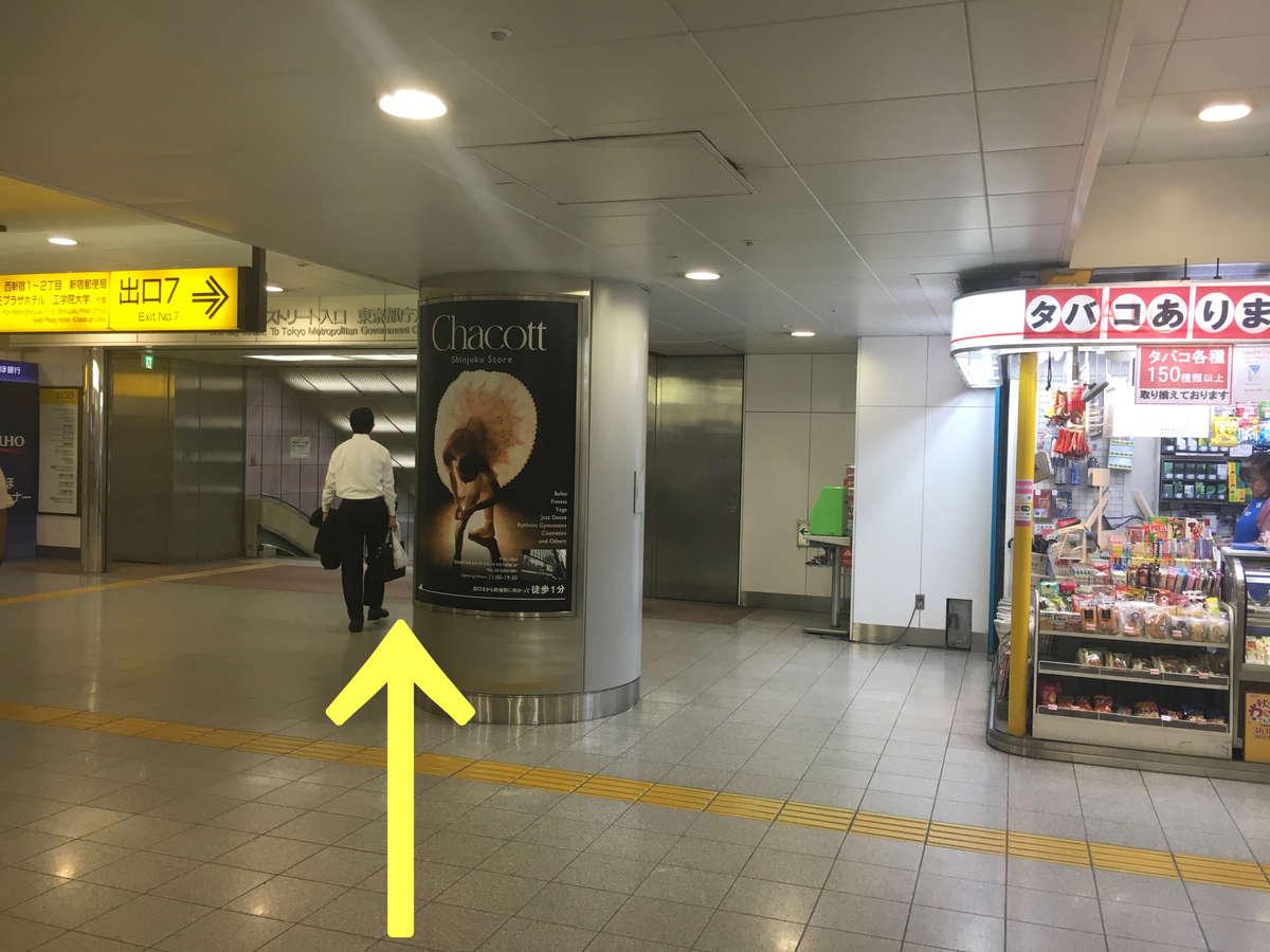 【ホテルまでのご案内:地下道】売店の左側を通過します。