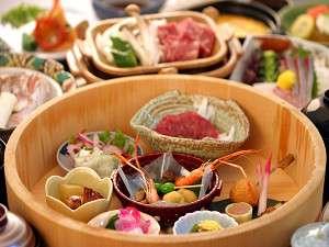 【夕食】名物の樽盛りをはじめ、季節の食材をふんだんに使った郷土会席料理/一例