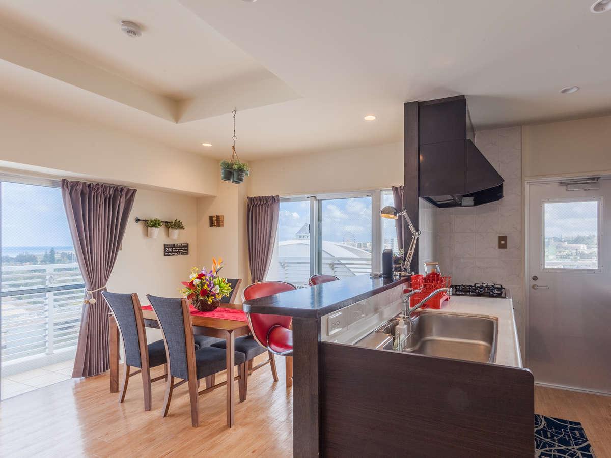 【サンセットビュー(8F)】88㎡/海を望むリビングルーム。対面式キッチンで賑やかに。