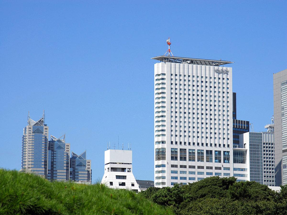 新宿御苑より望む小田急ホテルセンチュリーサザンタワー外観
