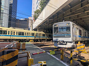 ホテル1階のエントランスを代々木方面に歩いていくと、小田急線の線路が。目の前を通過する列車は大迫力!