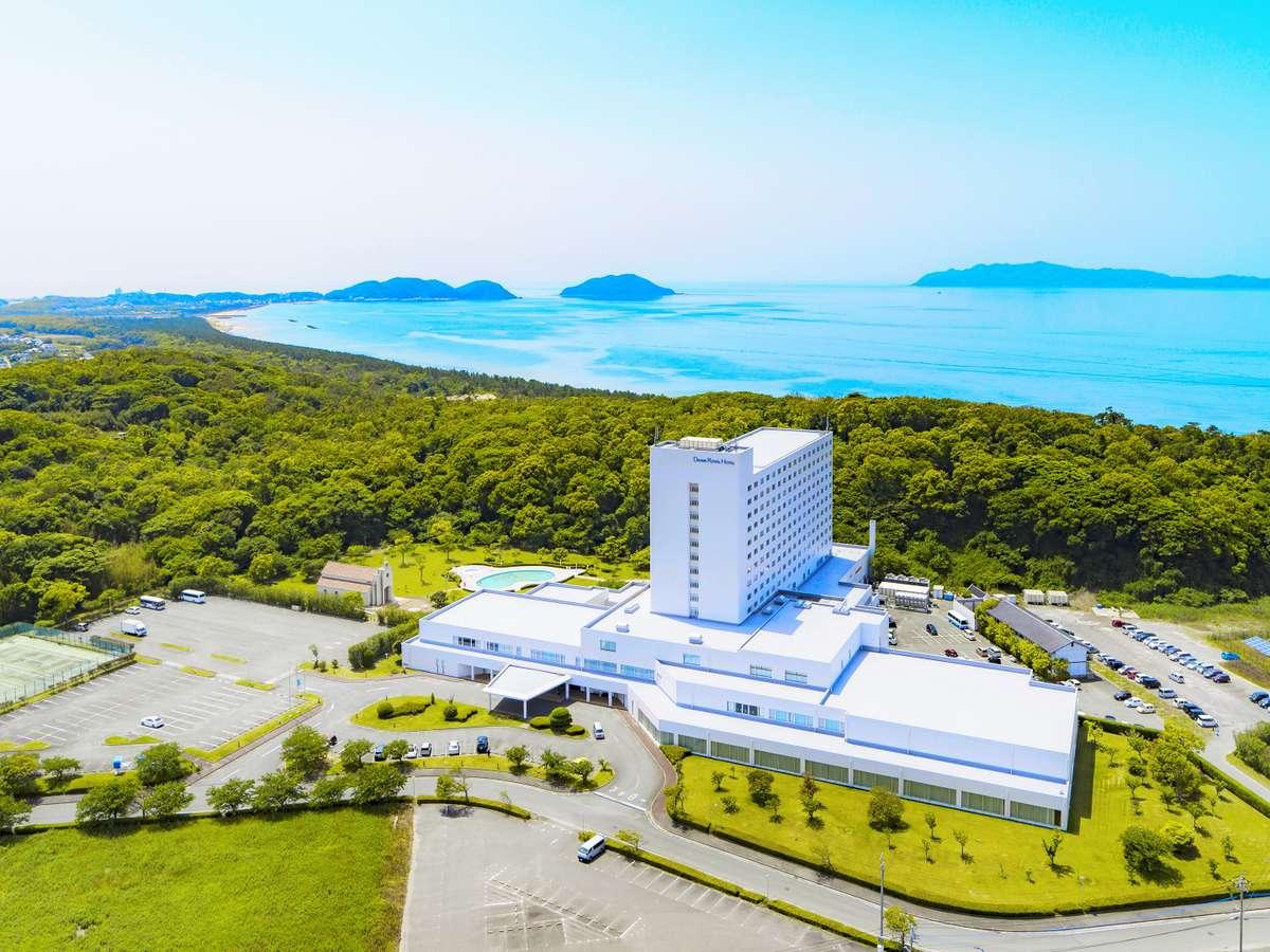 【ホテル外観】玄海灘とさつき松原に囲まれた自然豊かなリゾートホテルです。