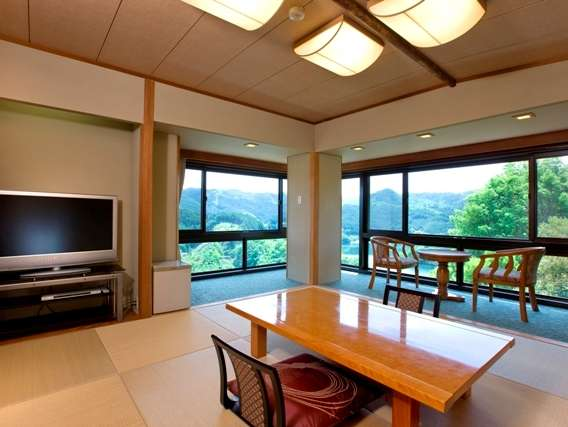 湖を展望できる和室角部屋