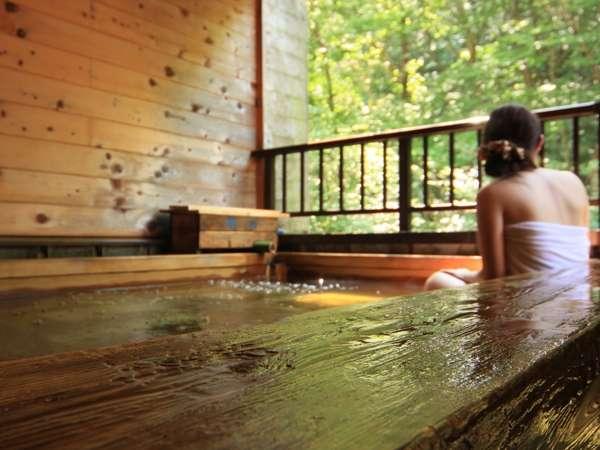 ≪ラジウム温泉≫四季折々の風景を楽しむことができる露天檜風呂初夏には蛍が飛んできます