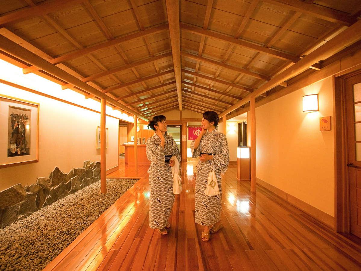 エレベータから山水の湯への木の廊下