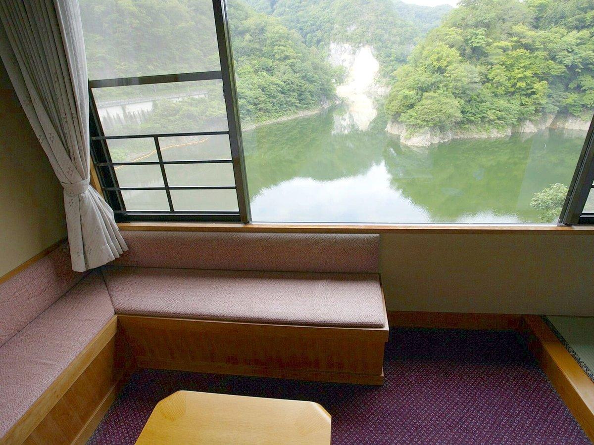 すべてのお部屋から神龍湖が望めます
