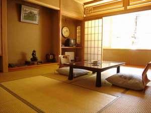 志賀山の間(和室10畳)。石畳通りに面し、温泉情緒を楽しめます。