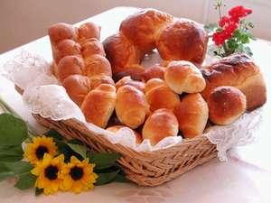 朝食の手作り焼立てパン