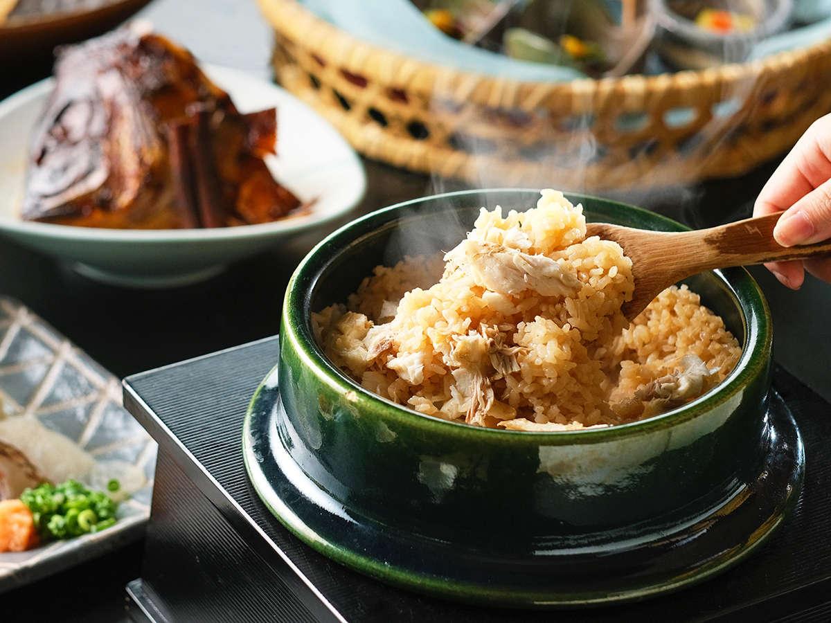 鞆の浦の鯛を使用した「釜めし」は、旨みがたっぷりと染み出した当館自慢の逸品です。