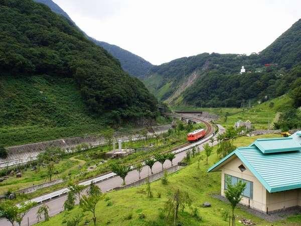 お部屋からの眺めの一例です。渓谷を走る大糸線がまたいい雰囲気を出しています。