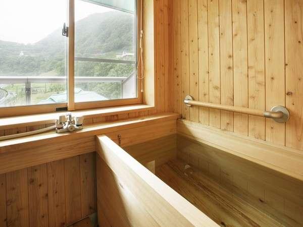 囲炉裏の部屋にはヒノキ風呂♪沸かし湯ですが、渓谷をのんびり眺めて入る湯もまた良し!