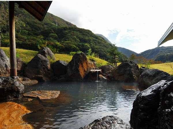 露天風呂は姫川の巨石を積み上げ、野趣に満ちた雰囲気。まるで自然の岩場に湧いた湯のよう。
