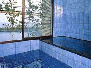 日本海の波の音を聞きながらはいれる、室内温泉で旅の疲れを癒して。