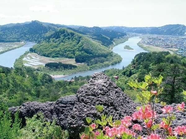 七座山と米代川(きみまち阪より撮影)