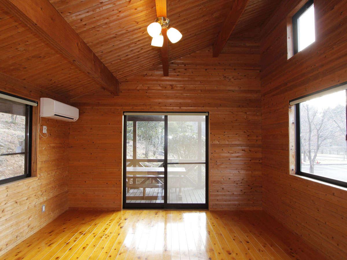 ・【バンガロー/2-4名様タイプ】リビング8畳+ウッドデッキ。押入れ付きで広々ご利用頂けます