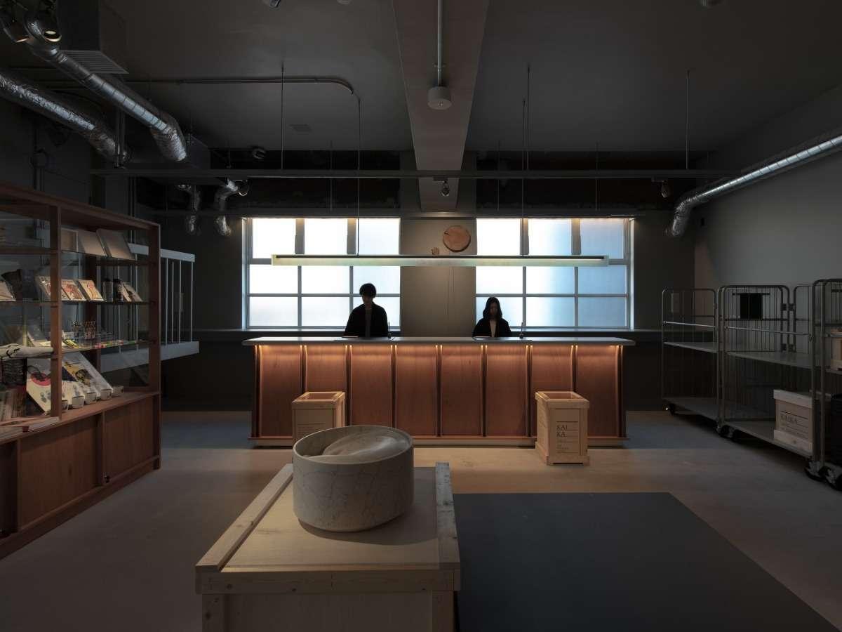フロントカウンター:ゲストをお迎えするフロントにも随所にアートのエッセンスが盛り込まれています。