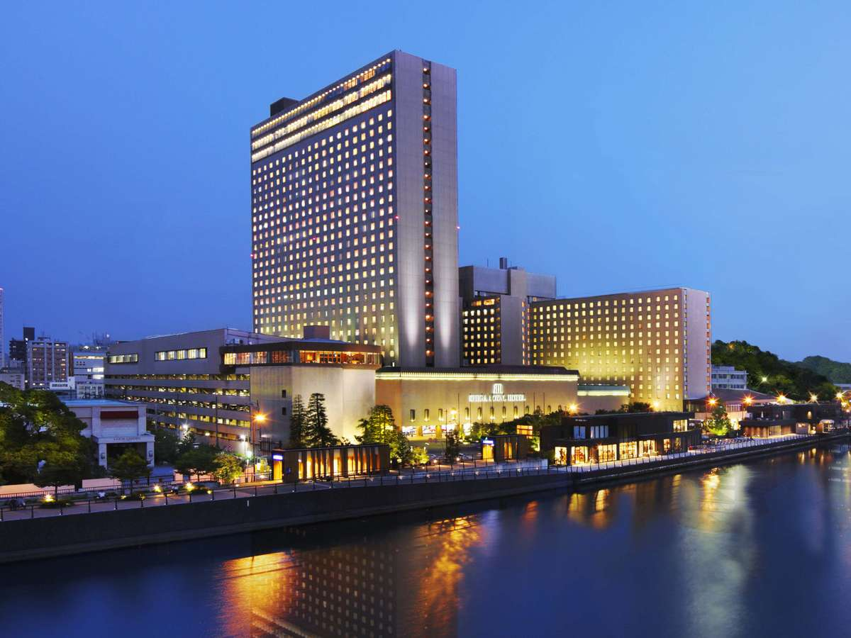 中之島にある「大阪の迎賓館」30階建てのタワーウイングをはじめ3棟からなる堂々たる外観