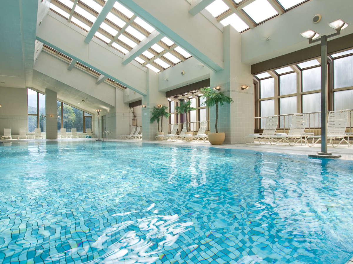 【温水プール(5F)】20mの屋内プール。水着・浮き輪・ゴーグルの販売もあり、用意がなくても安心です。