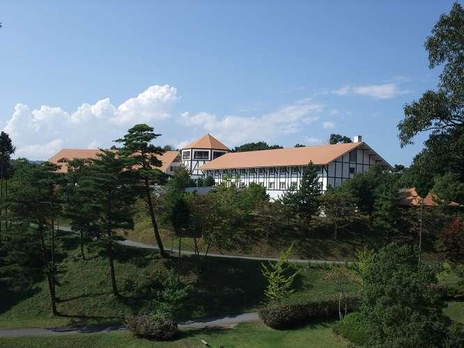 湯原温泉の高台の森の中の佇むヨーロピアン調のホテル