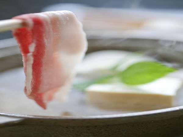 猪肉の温泉しゃぶしゃぶです。余分な油をとばしコラーゲンだけが残る美容食になります。