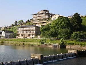 金沢の中心を流れる犀川。そのほとりに由屋るる犀々はあります。風景は四季の移ろいと共に表情を変えます。