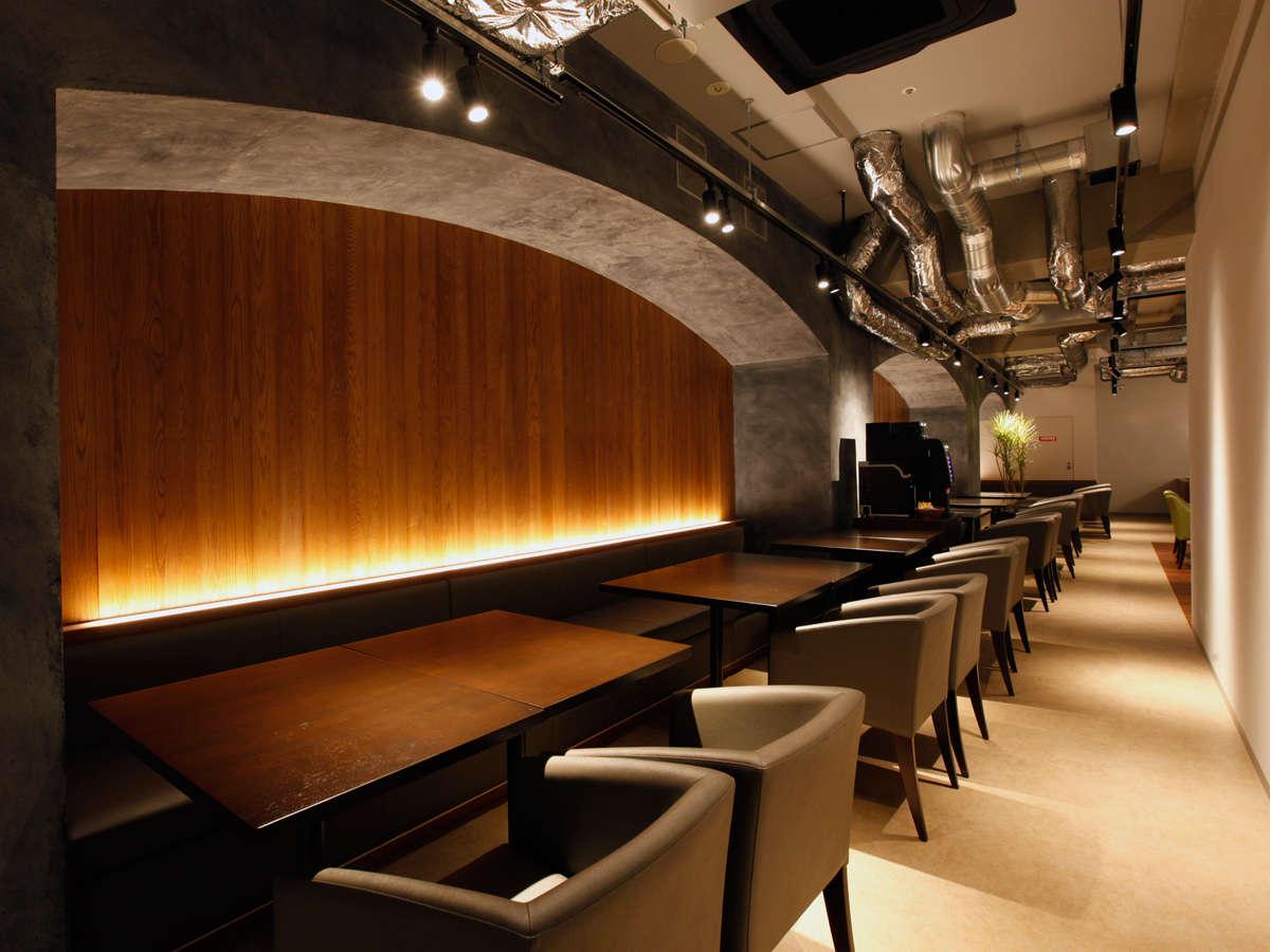 【カフェ&バー】昼はカフェ、夜はバーとしてお酒の楽しめるスペース。