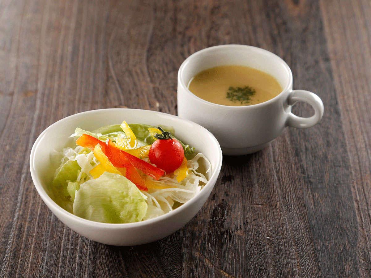 【2階カフェ&バー】ランチメニュー一例<ミニサラダと本日のスープ>