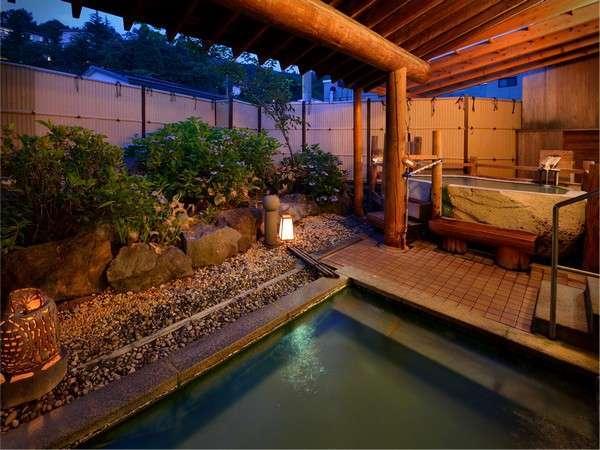 夜の露天風呂。夜風を浴びながらややぬるめのお湯でのんびりと。