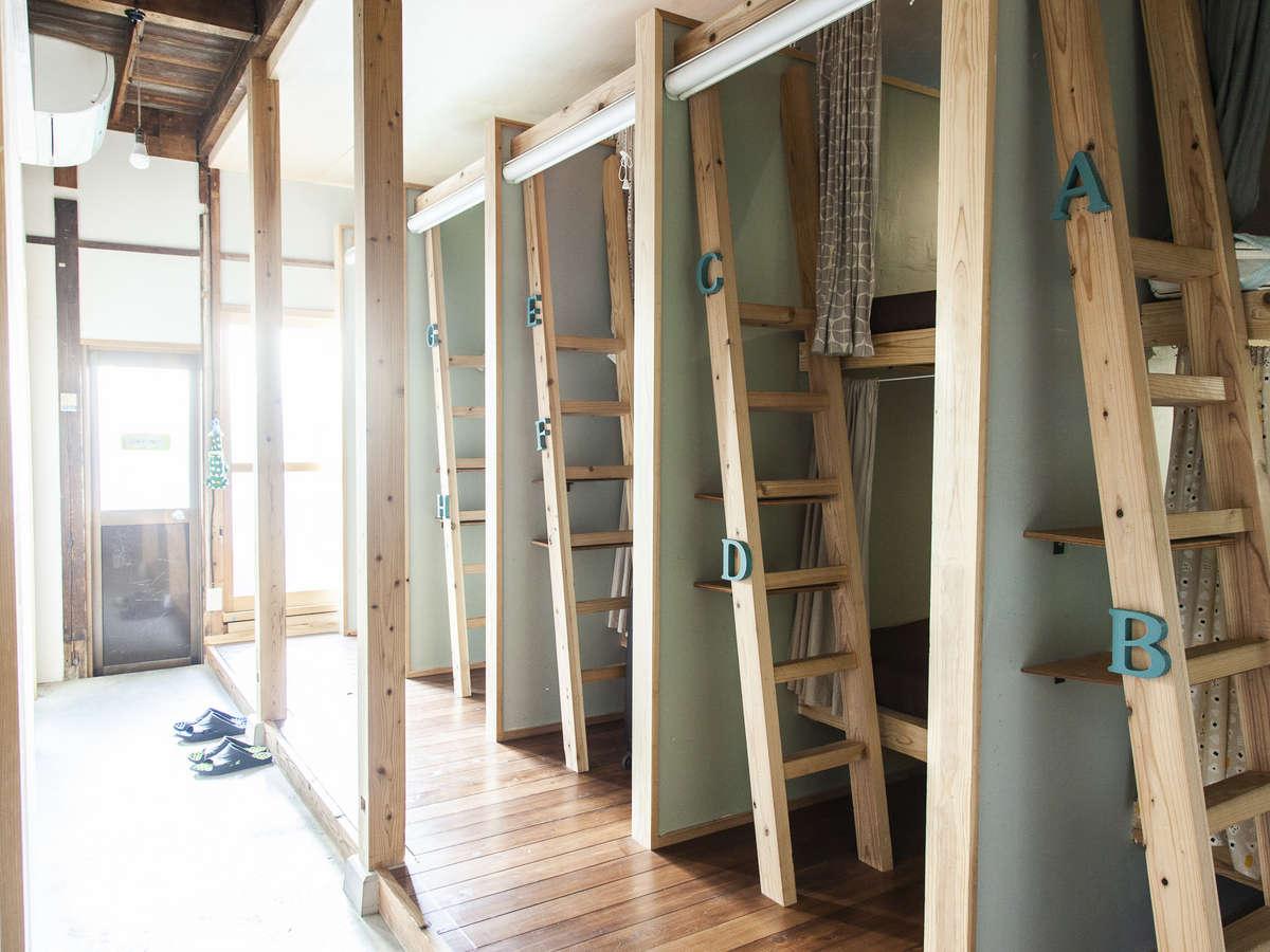 男女混合ドミトリー大工さんにオーダーメイドで作って頂いた安定感のあるベッドです。
