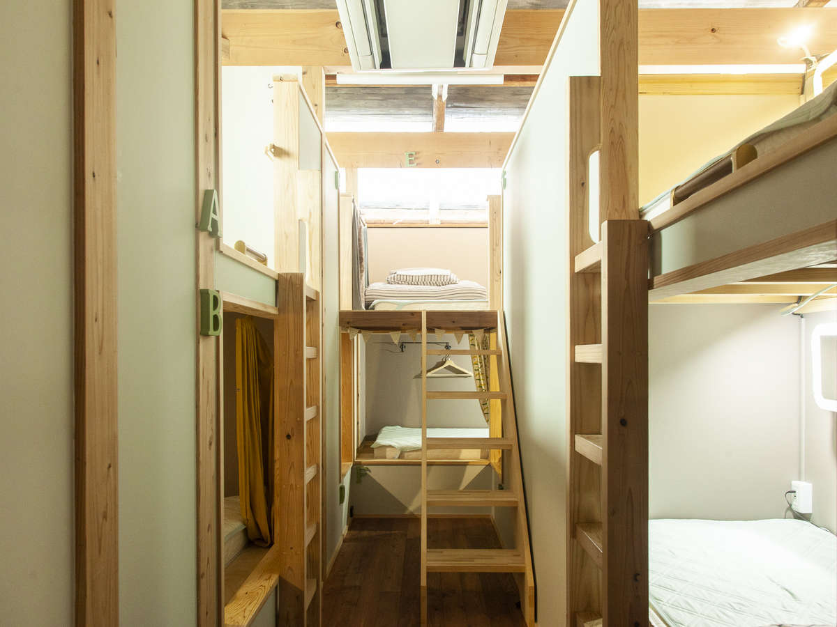 女性専用ドミトリー大工さんにオーダーメイドで作って頂いた安定感のあるベッドです。