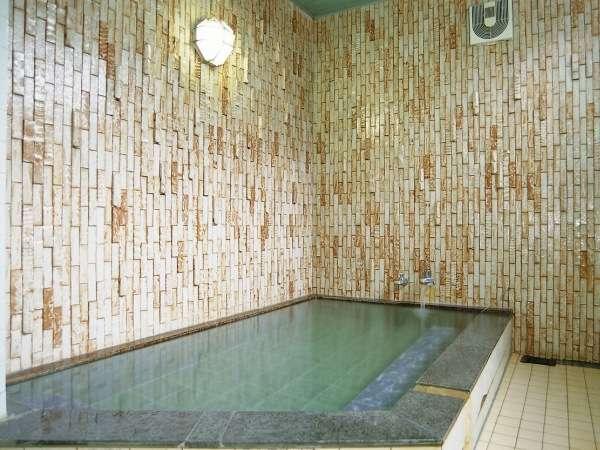 2つあるゆったりした家族風呂は、無料で貸切できる。