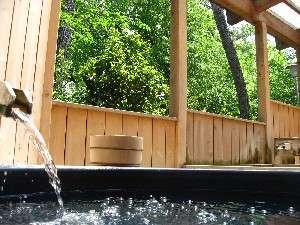 露天風呂でマイナスイオンたっぷりの森林浴を♪