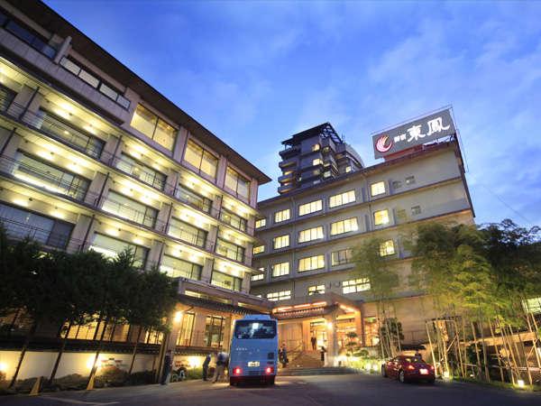 御宿東鳳の夜の外観です。左が朱雀亭・中央後方がタワー館・右の「東鳳」看板下が本館です
