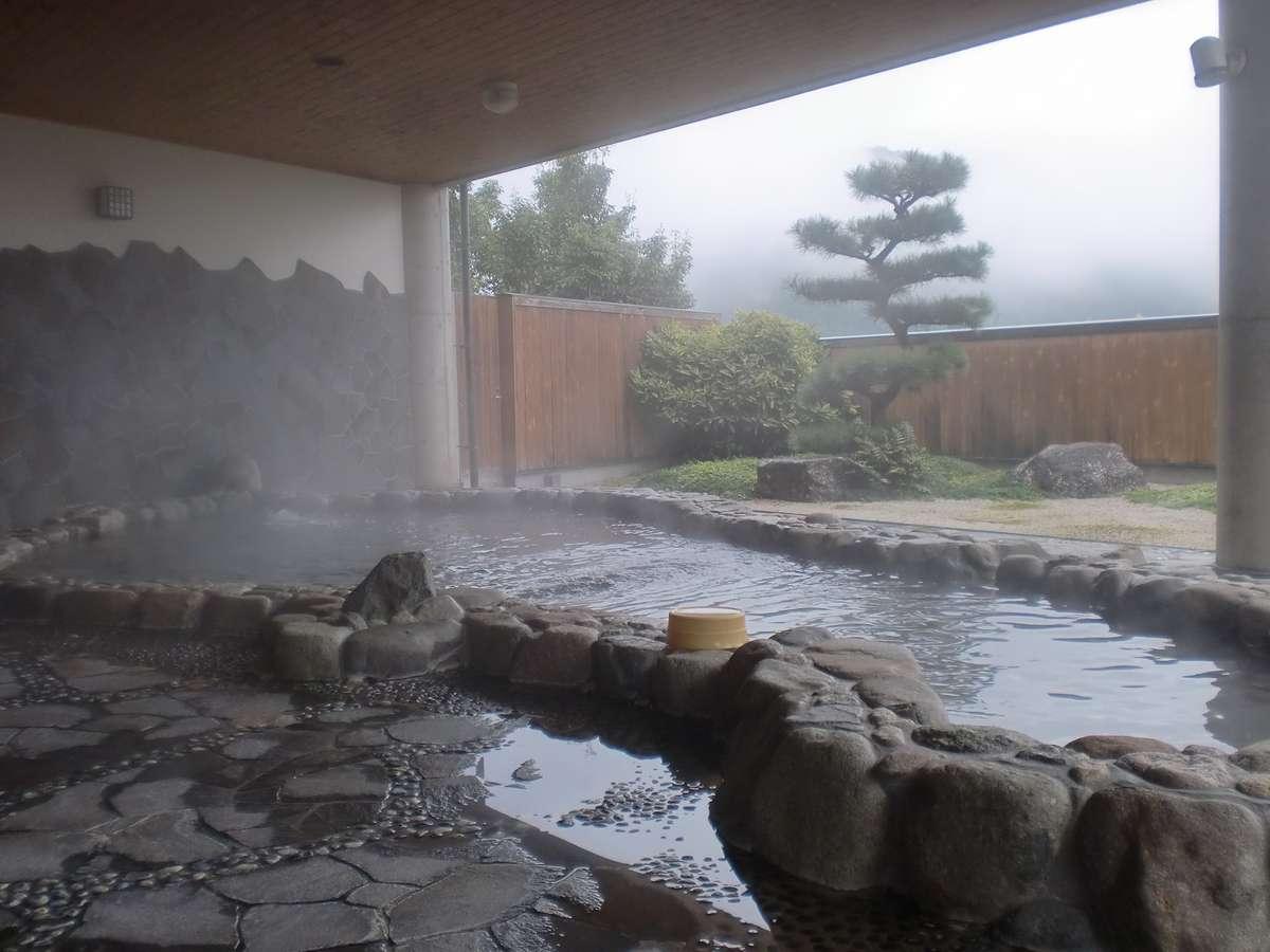 冬の醍醐味湯煙の中の岩風呂