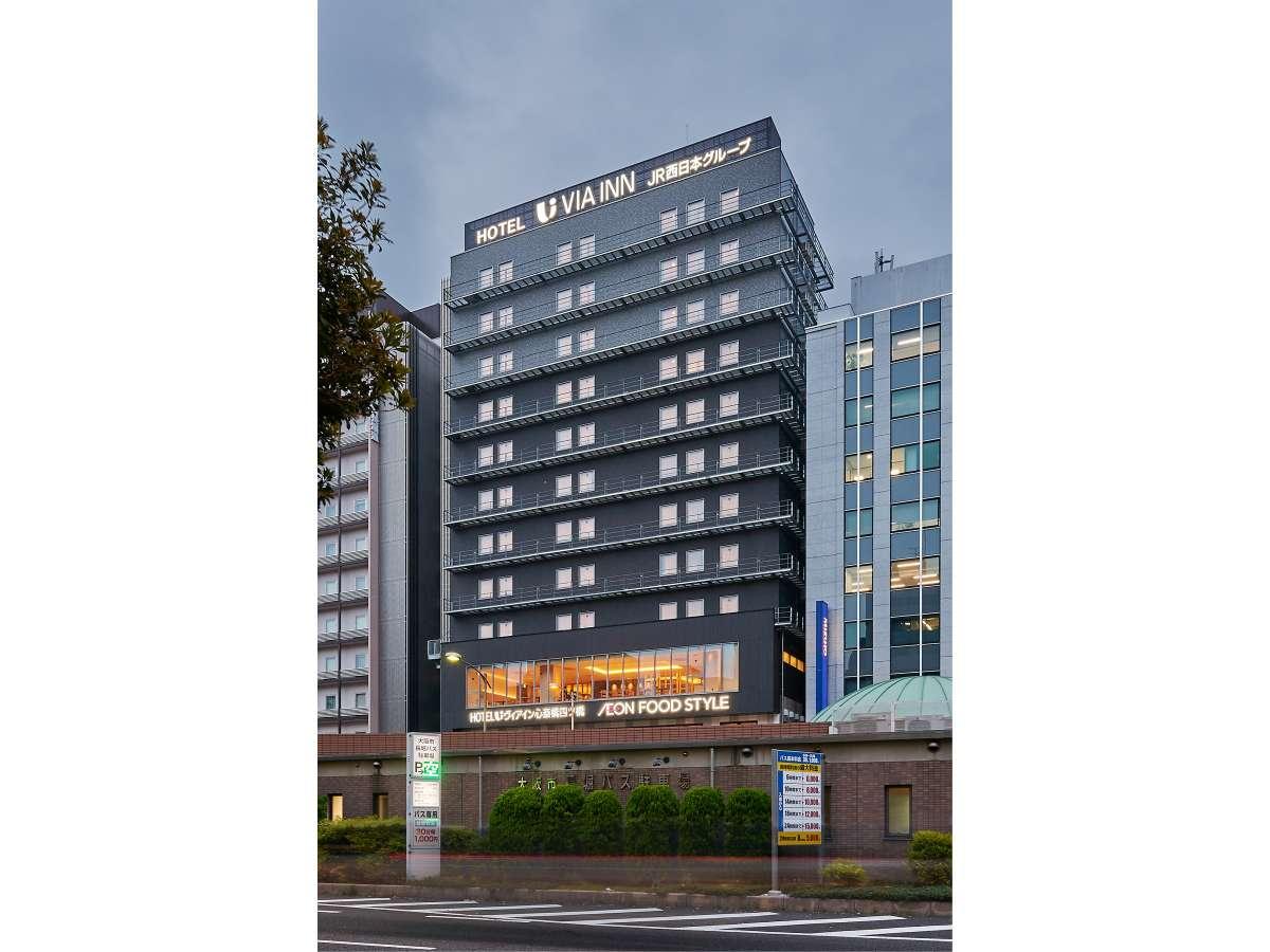 ホテル外観 1F~2Fスーパーマーケット、ロビー・フロント3F 客室4F~12Fです。