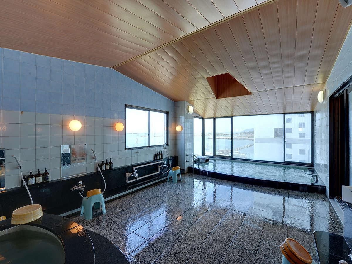 *【大浴場(佐渡見の湯)】日本海に浮かぶ佐渡ヶ島を望むことのできる大浴場。