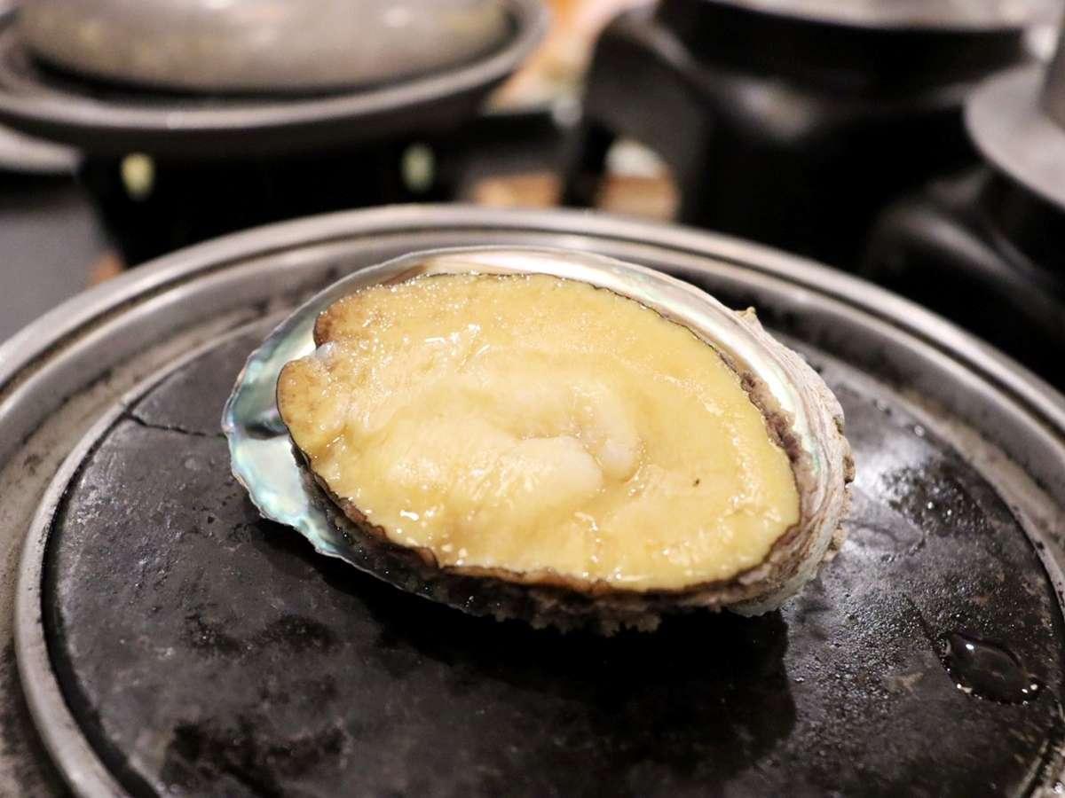 *【夕食例(雪海)】大ぶりの鮑を踊り食い!しっかりとした食感で食べ応え◎贅沢な一品です。