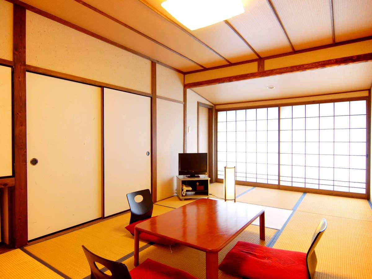 【和室9畳】 窓からは高千穂の町並みと自然が一望できます。