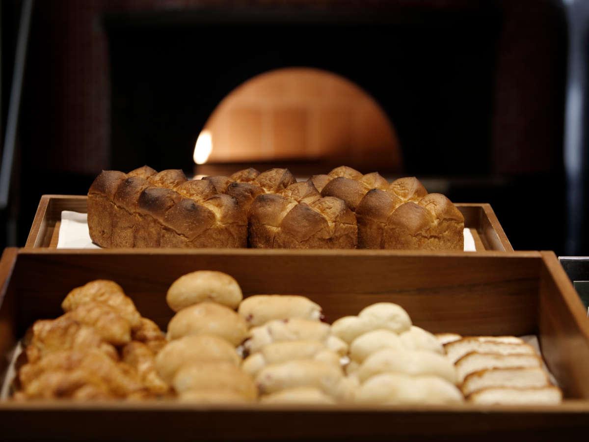 <ご朝食>店内の石釜で仕上げるパンが大人気!