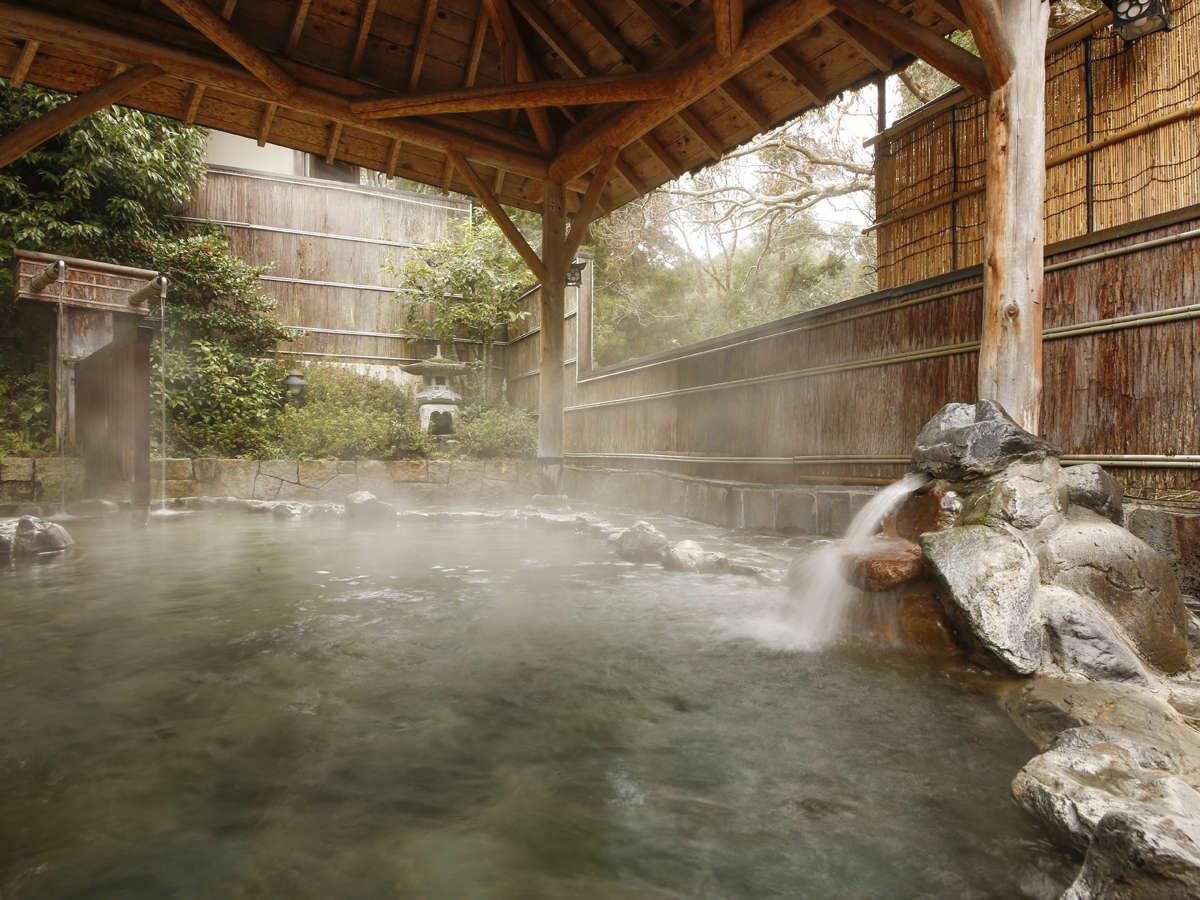 露天風呂は広々とした岩風呂で天然ラドンたっぷりの良湯