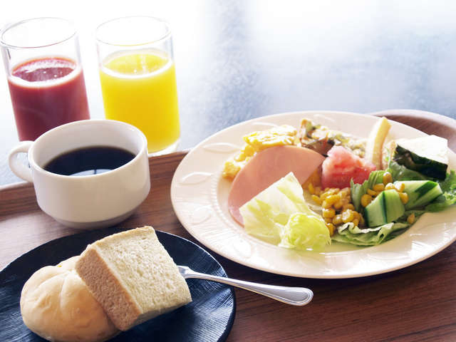 地元食材たっぷりのメニューが40種類もある和洋の朝食バイキング。お部屋へテイクアウトも可能です。