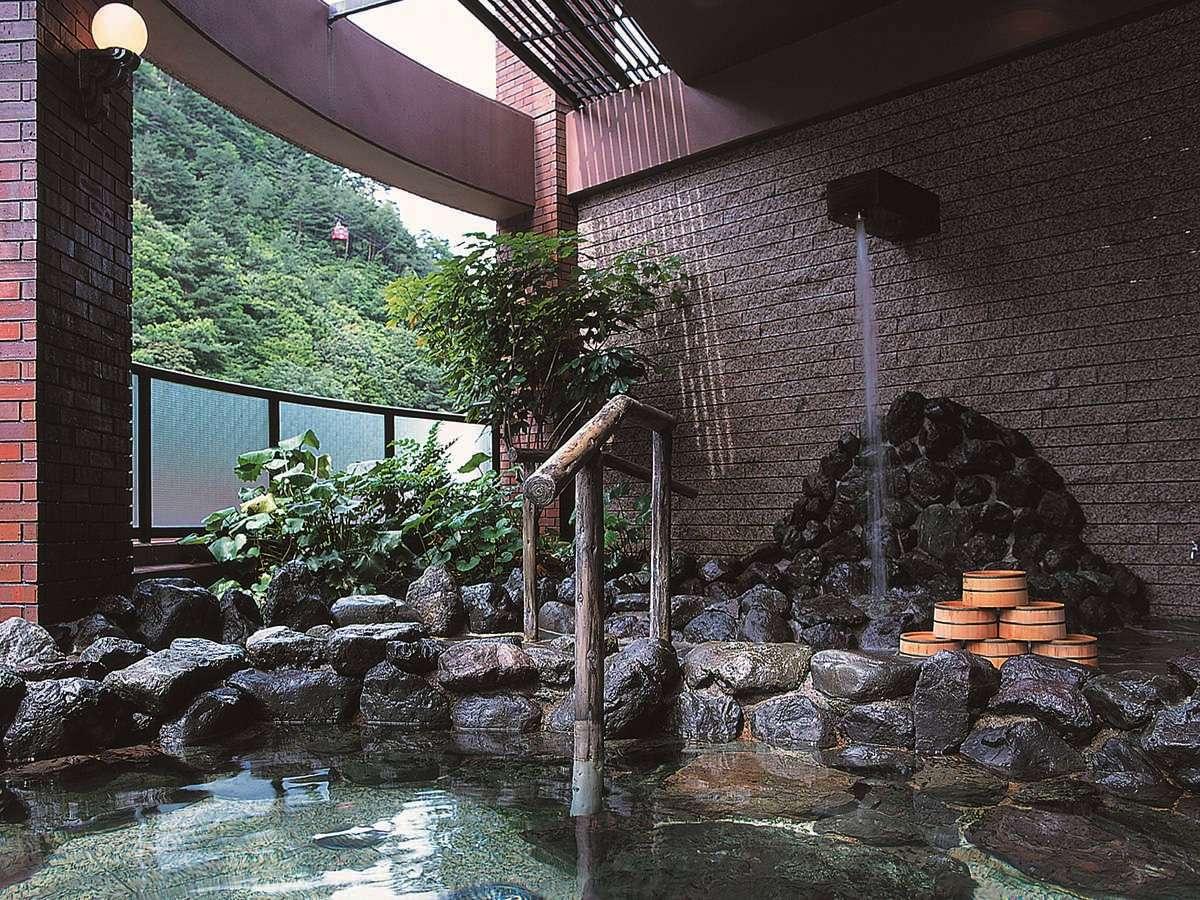 打たせ湯のある露天風呂★三滝川の清流の音に耳を傾けながらゆっくりとお楽しみください。