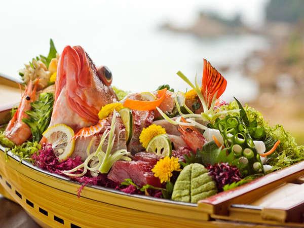 【地魚の舟盛】 船の中でお魚が躍るよう♪新鮮な地魚の身は絶品です☆