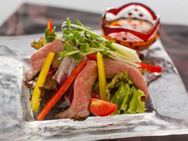【但馬牛サラダ】 牛の濃さと旬菜のさっぱり感が見事にマッチ!