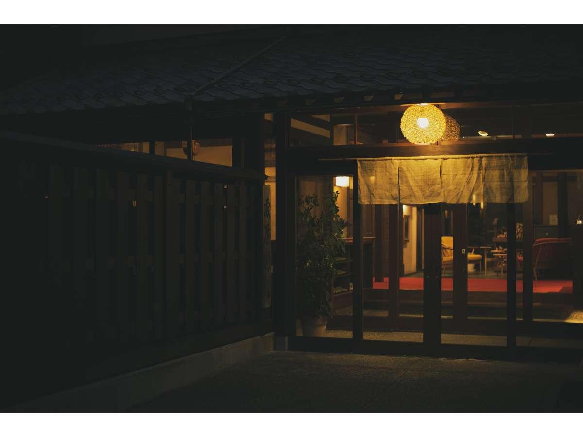国宝・明通寺の麓にあり、かつて文豪・水上勉の小説の舞台にもなった全5部屋の山あいの小さな宿。