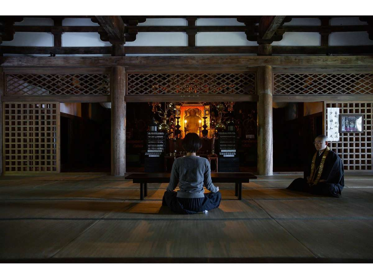 早朝の静寂包まれる国宝・明通寺の本堂で、真言宗の瞑想「阿字観」を体験。